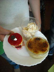 Crême brûlée, mini fraisier et glace au caramel et noix de pécan