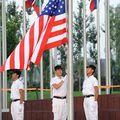 Le drapeau national des Etats-Unis s'élève dans le Village Olympique