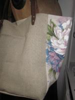 Sac cabas FELICIE n°8 en lin brut et lin et coton fleuri violet, poche et fond en simili cuir écru, étoiles en cuir violet, sangles militaire en cuir (2)