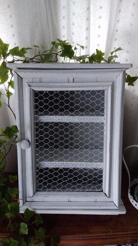 Petite vitrine grillagée patinée en blanc de blanc