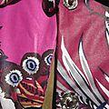 Ciré AGLAE en coton enduit fleuri rose fushia fermé par 5 pressions dissimulés sous des boutons recouverts assortis (2)
