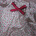 Culotte en coton à semis de fleurettes rouge sur fond écru - noeud rouge (3)