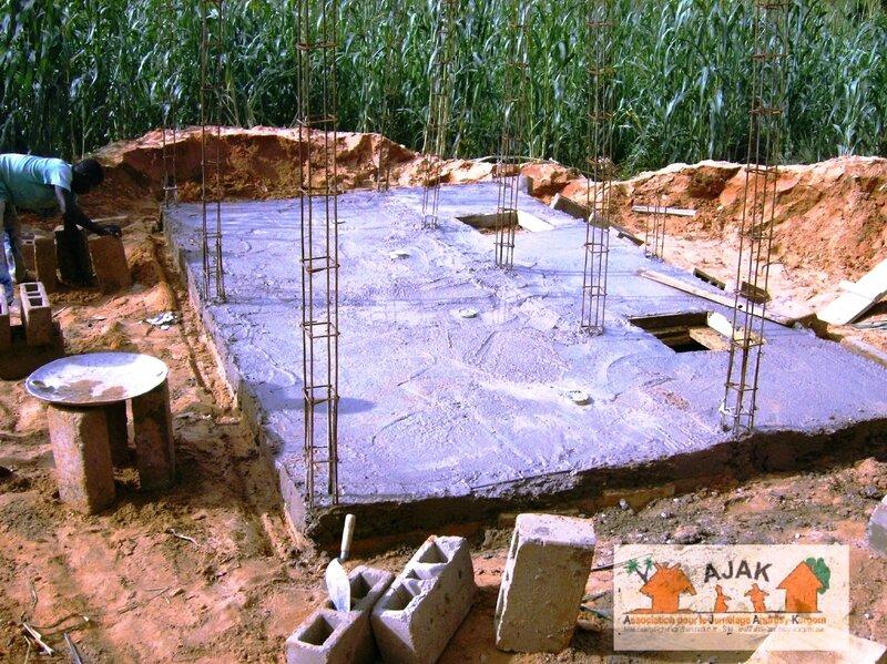latrines CEG - le sol et les piliers