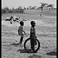 Mali : children playing with tires / des enfants jouant avec des pneus