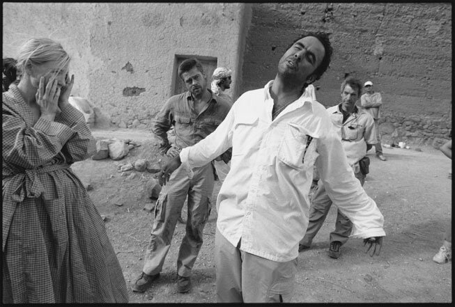 Alejandro González Iñárritu dirige Cate Blanchett et Brad Pitt dans un petit village marocain pour une scène de BABYLONE