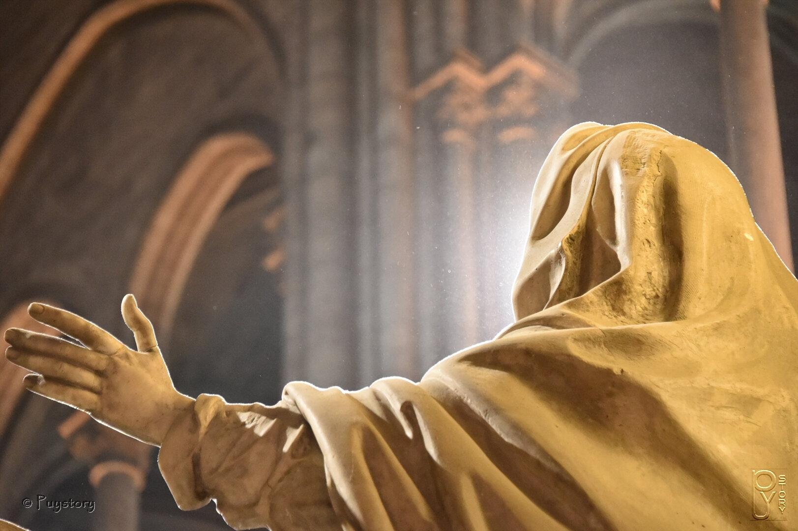 Visage de lumière dans la cathédrale de Notre-Dame de Paris....