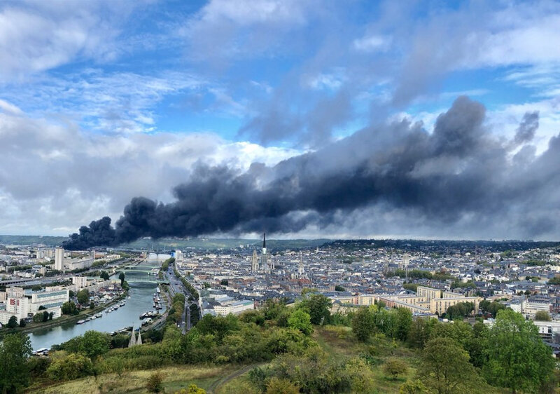 7798370301_l-impressionnant-panache-de-fumee-lie-a-l-incendie-de-l-usine-lubrizol-le-26-09-19