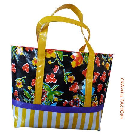 cabas_giga_kitsch_fond_noir_et_fleurs_fond_rayures_jaune