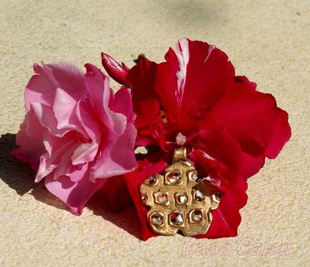Pendentif_fleur_en_Prom_th_us_Clay_avec_abalone_rouge_et_blanche_TC