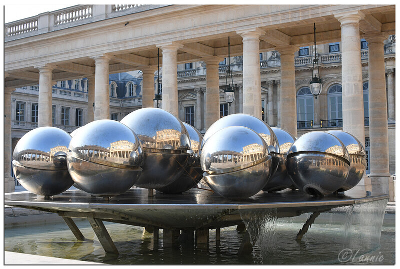 Paris_Palais_Royal_fontaine_Pol_Bury_2