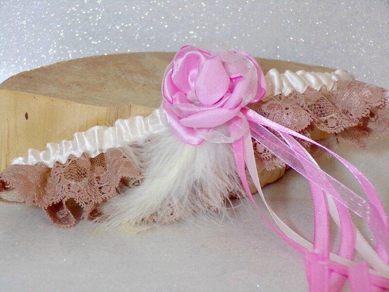 Jarretière de mariée dentelle caramel rose
