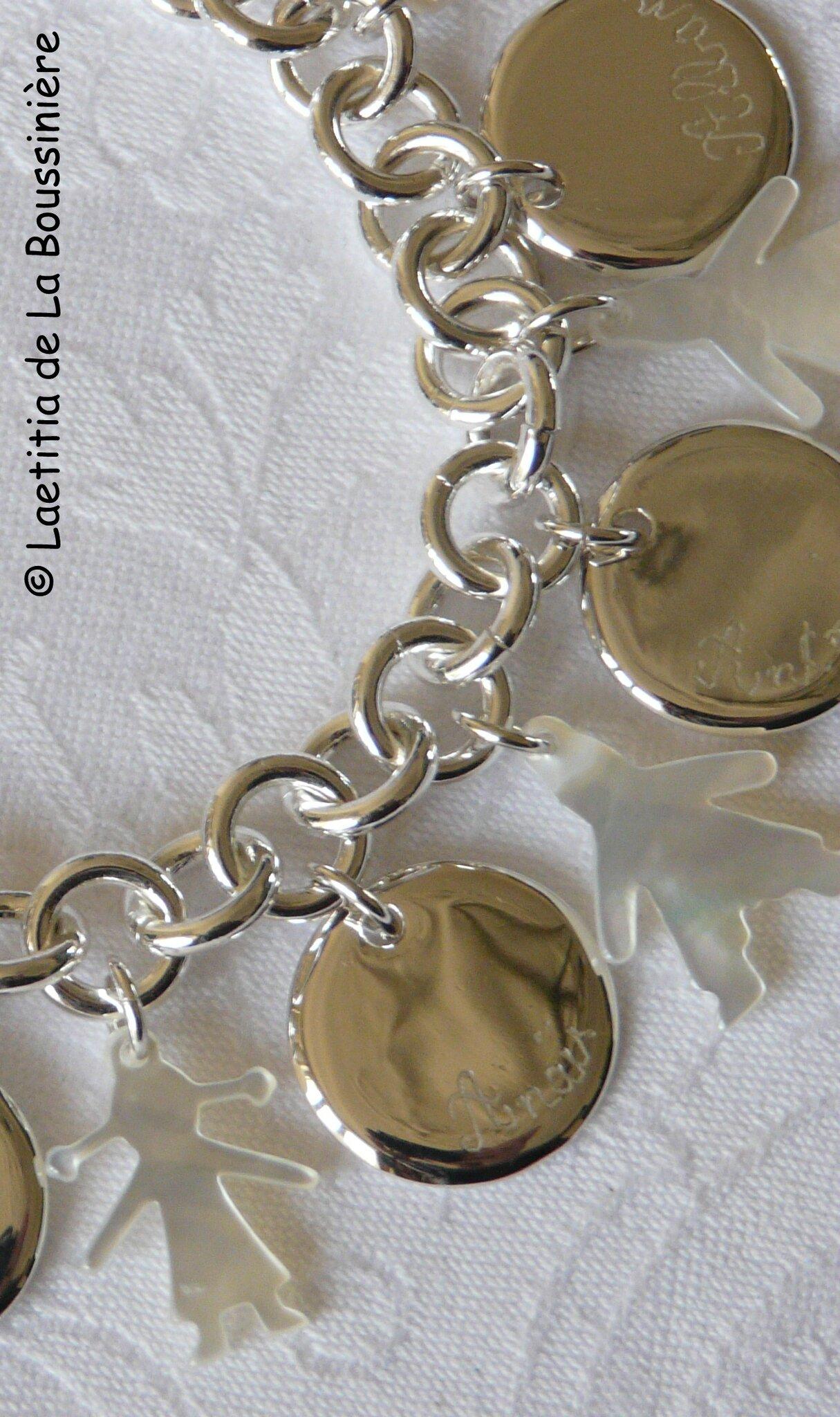 Bracelet sur chaîne plaqué argent ronde, médailles en argent massif gravées et personnages nacre (détails)