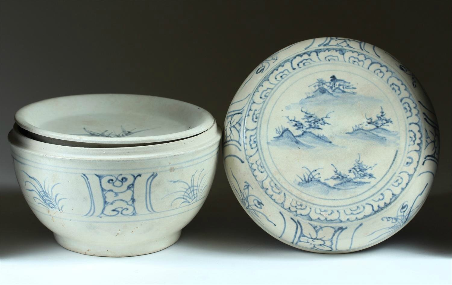 Vietnamese Underglaze-Blue Box and Cover, late 15th-early 16th Century