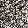 1832 - ancien coupon de tissu fleuri fond brun 55 x 120