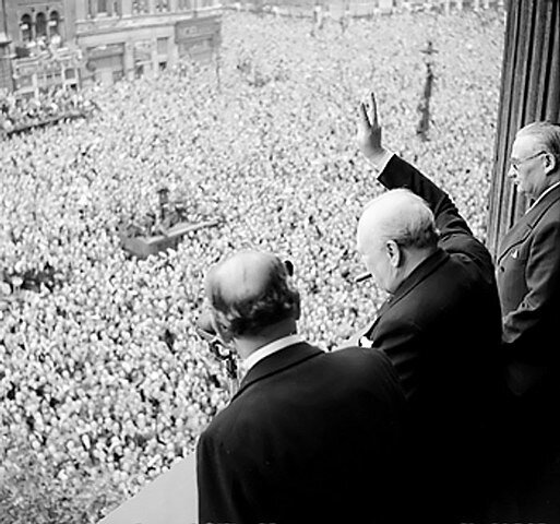 Churchill-1945-wavestocrowds