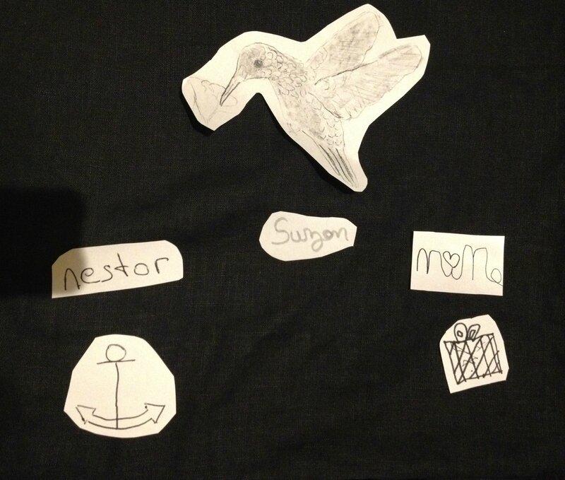 Les dessins impriméset placés sur la housse avec du scotch