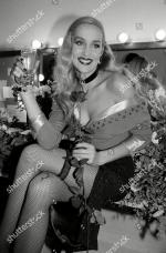 Jerry_Hall-1990-02-01-london-lyric_theatre-Bus_Stop-backstage-1-2