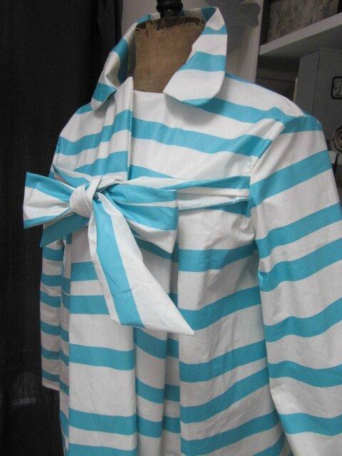 Ciré AGLAE en coton enduit blanc à rayures vagues turquoise fermé par un noeud dans le même tissu (4)