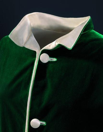 Manteau de soirée réversible en satin ivoire et velours lisse vert, 1956. Photo Manuel Outumuro © Fundación Cristóbal Balenciaga Fundazioa