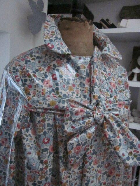 Ciré AGLAE en coton enduit Liberty Betsie fleur sur fond écru fermé par un noeud dans le même tissu (6)