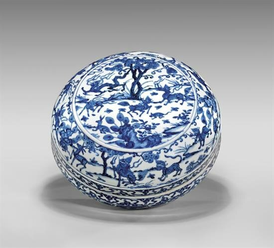 Blue and white porcelain box of circular form, Ming Dynasty, Wanli Mark and of the Period