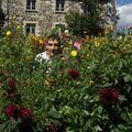 2009 08 28 Cyril devant les fleurs de son jardin