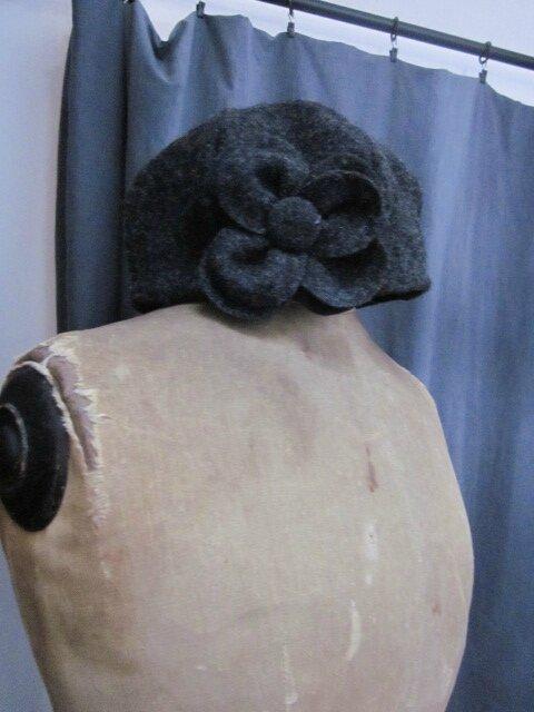 Chapeau AGATHE en laine bouillie gris anthracite avec fleur - doublure de lin noir (3)