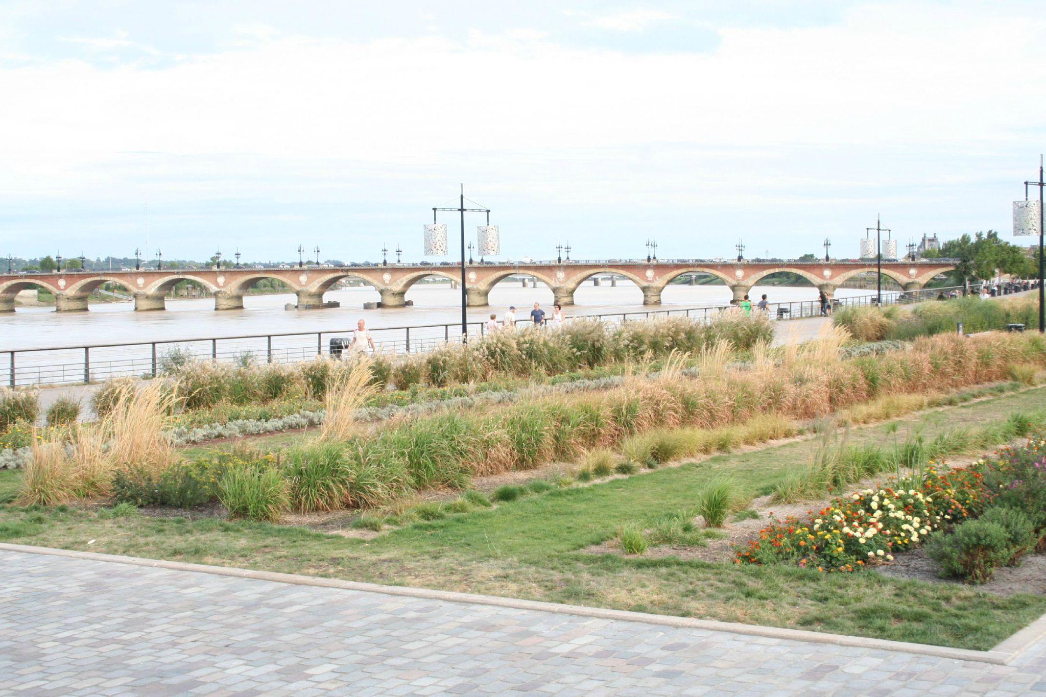 Jardins des quais et Pont de Pierre (aout 2009)