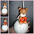 Un ours sur une boule de noël