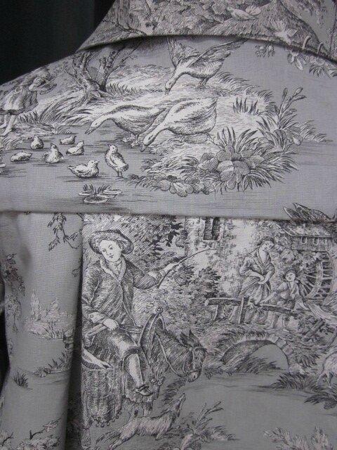 Manteau AGLAE en toile de coton gris imprimé toile de Jouy Pastorale fermé par un noeud de lin noir (7)