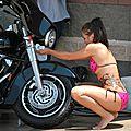 Les plus belles babes nues, topless, en bikini ou simplement habillées avec des voitures