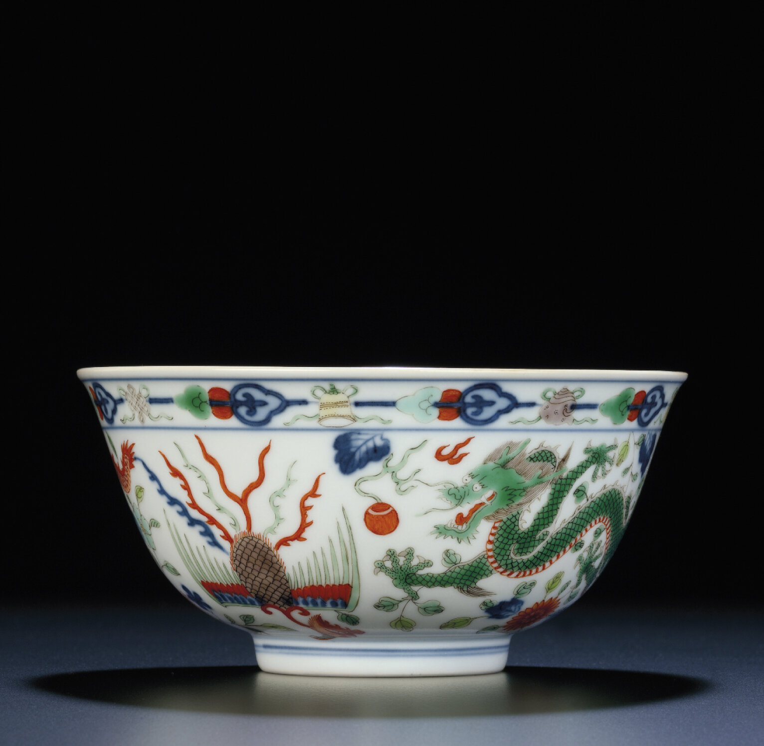 A fine wucai 'dragon and phoenix' bowl, Daoguang six-character seal mark and of the period (1821-1850)