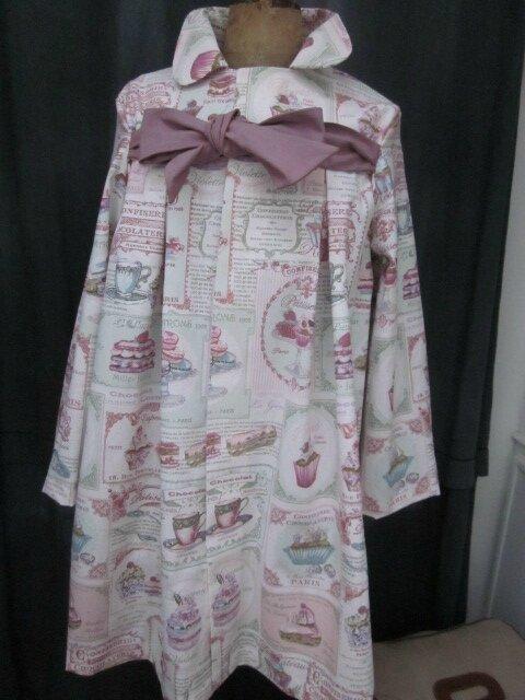 Manteau AGLAE en toile de coton imprimé Salon de thé rose, fermé par un noeud de coton violine (2)