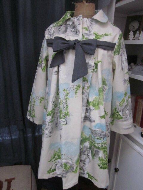 """Manteau AGLAE en toile de coton imprimé """"jardin à la française"""" fermé par un noeud de lin gris"""