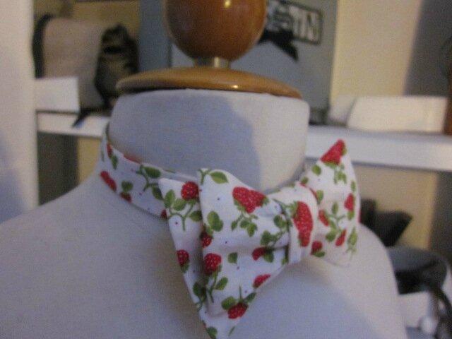 Véritable NOEUD PAPillon en coton écru parsemé de jolies fraises rouge (3)