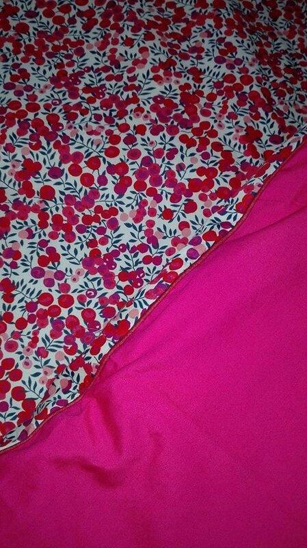 Plaid-Edredon en Liberty wiltshire rouge et fushia, dos coton fushia et passepoil rouge 100X150 cm (4)