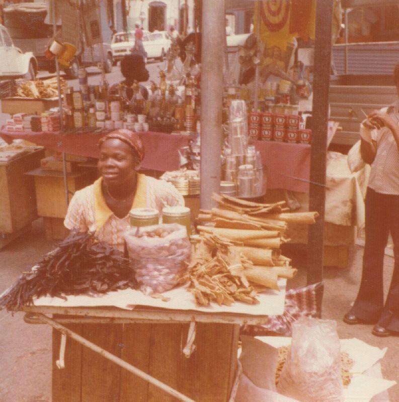Marché St Antoine (PAP) : ma marchande de vanille