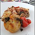 Cuisses de poulet croustillantes et collantes, pommes de terre écrasées & tomates