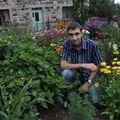 2009 08 09 Cyril au milieu de son jardin