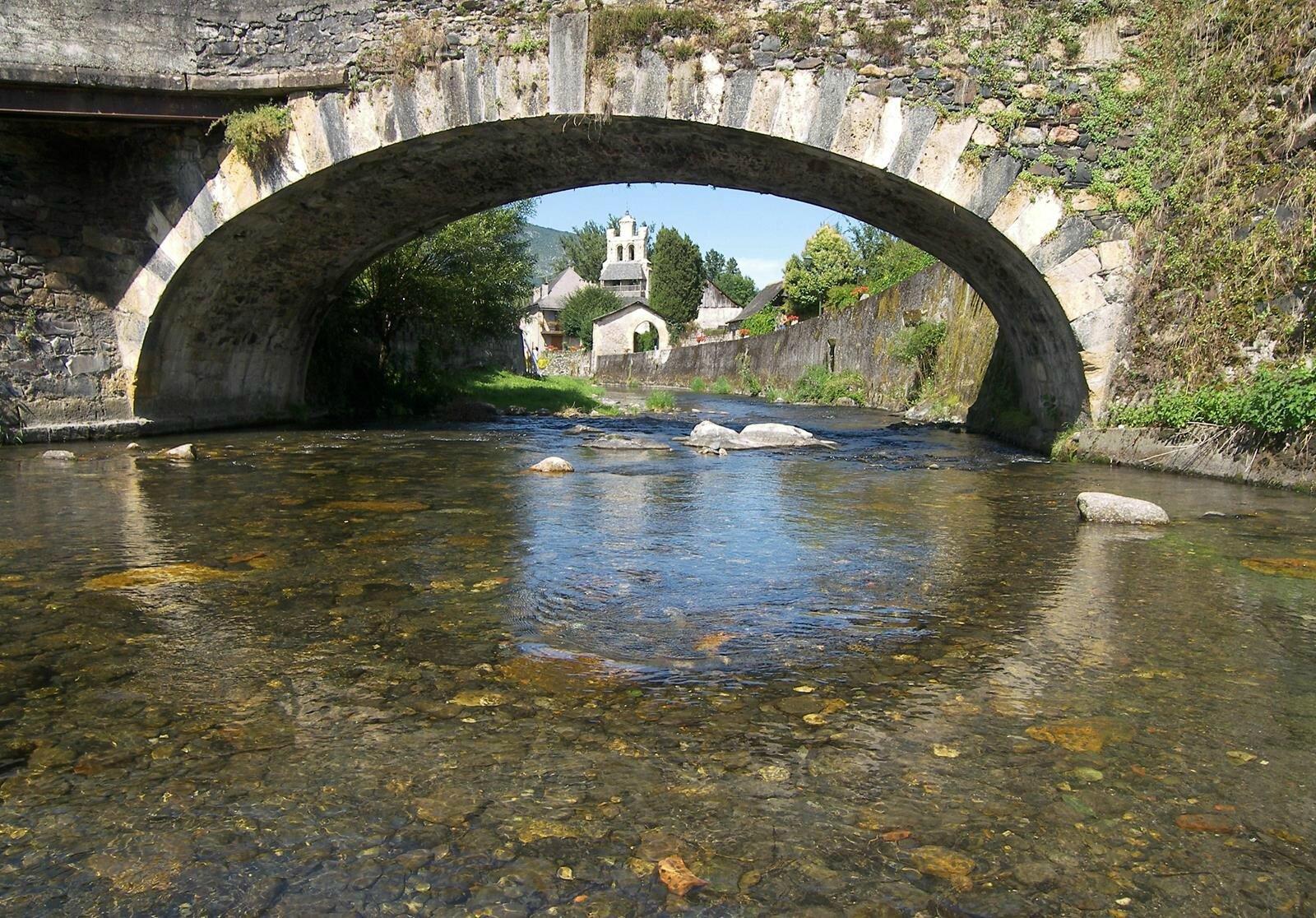 La magie bleue des eaux de la Bouigane au pied de Notre-Dame de Tramesaygues :