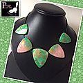 Collier vert, feuilles et fleurs