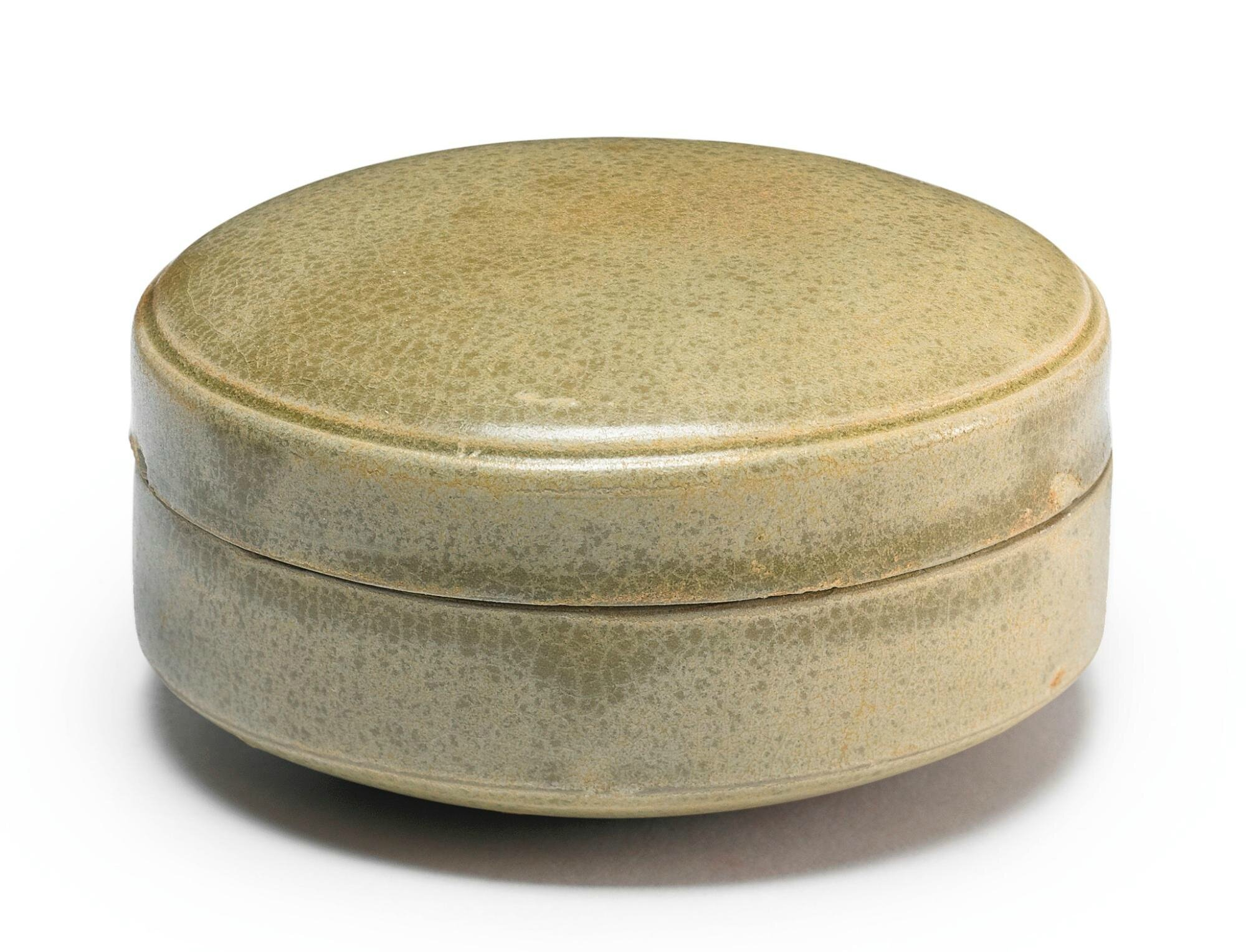 A 'Yue' box and cover, 10th century