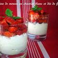 Verrine de mousse au chocolat blanc et dés de fraises