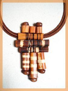 pendentif d'os teints dans la technique du bogolan Mali