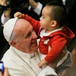 photo-Pape-Francois-bebe-vole-la-coiffe