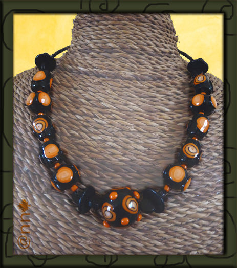 Collier orange et noir (N)