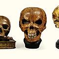 Deux crânes et un memento mori en bois polychrome et bois doré, Italie, XVIIe-XVIIIe siècle