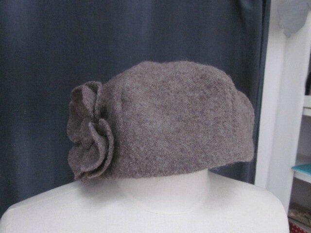 Chapeau AGATHE en laine bouillie taupe avec fleur - doublure de coton rose pâle à pois chocolat - taille 58 (3)