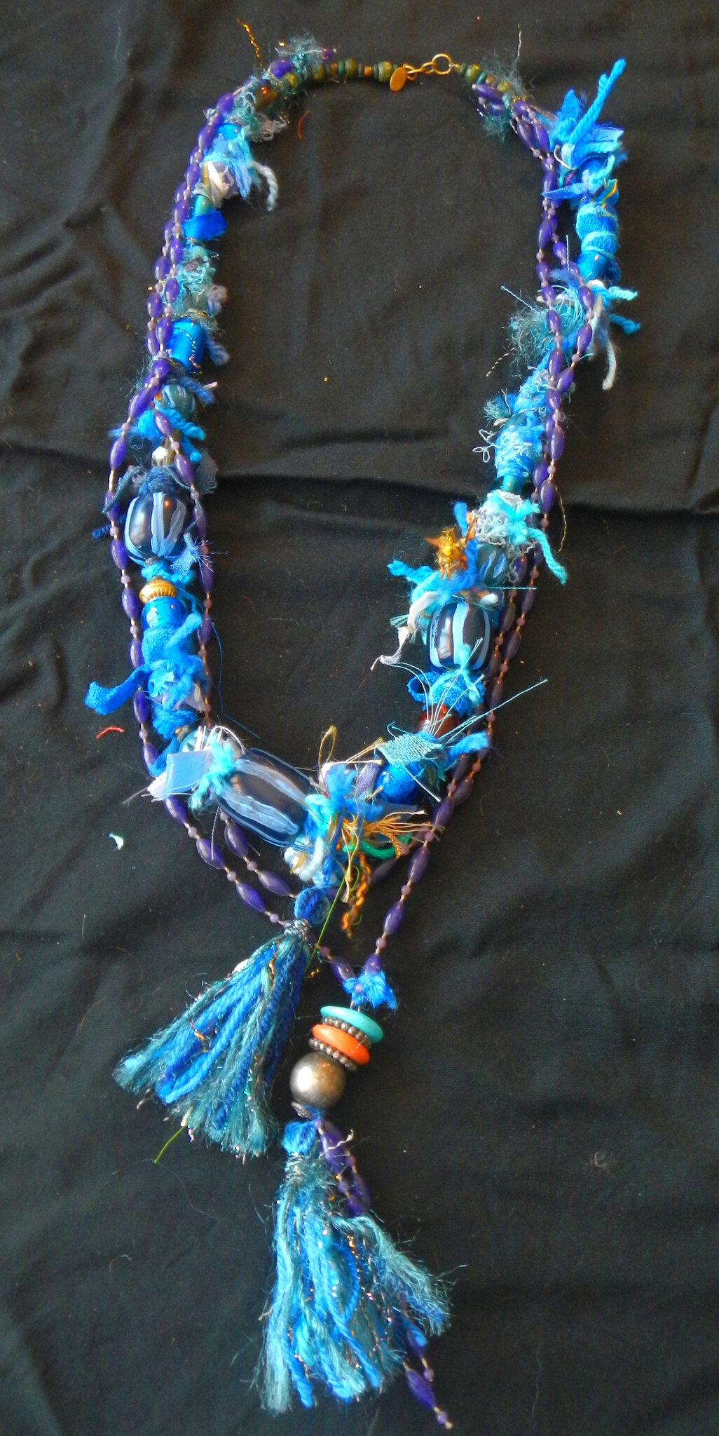 collier bleu chiffonnettes et pompoms