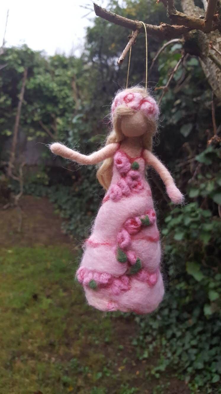 Fée romantique. Sur la robe des guirlandes de roses...